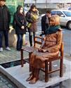韓国・釜山の日本総領事館前の道路に設置された慰安婦像=韓国・釜山(名村隆寛撮影)