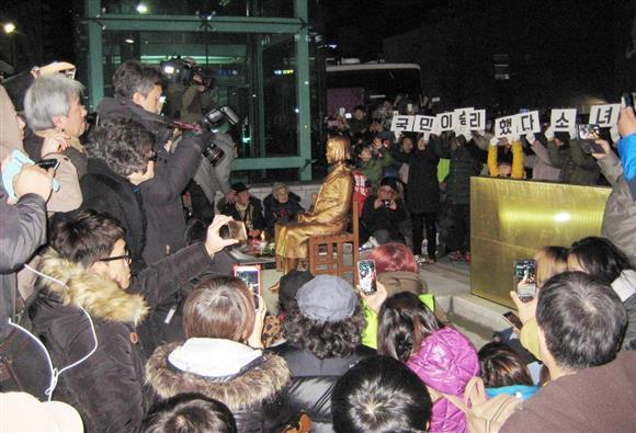 釜山の日本総領事館前で12月31日夜に除幕された慰安婦像(名村隆寛撮影)