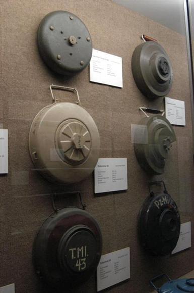 第二次大戦時に使われた代表的な地雷。形や構造は現在もほぼ変わらない(ドイツ・コブレンツ、2002年10月、岡田敏彦撮影)