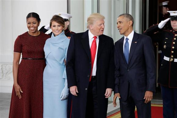 ホワイトハウスでトランプ夫妻を出迎えるオバマ夫妻... ホワイトハウスでトランプ夫妻を出迎えるオ