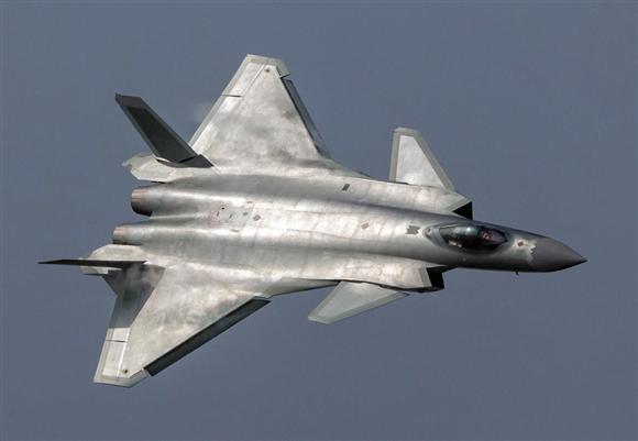 昨年11月1日、中国広東省珠海で、展示飛行をするステルス戦闘機、殲20(J20)=ロイター