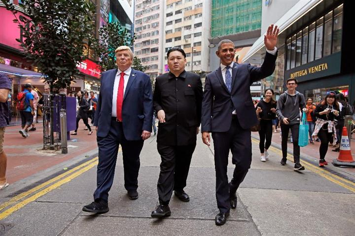 仲良く街を歩く(左から)ドナルド・トランプ米大統領、金正恩・朝鮮労働党委員長、バラク・オバマ前大統領のそっくりさん。ラグビーイベントのため、一堂に会した=7日、香港(AP)