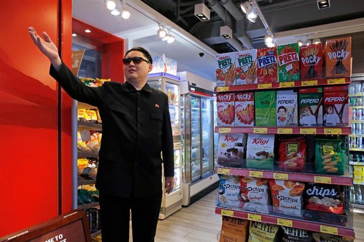 「わが国より食料が豊富だな」と言ったかどうか…。北朝鮮の金正恩・朝鮮労働党委員長のそっくりさん、ハワード氏=7日、香港(AP)