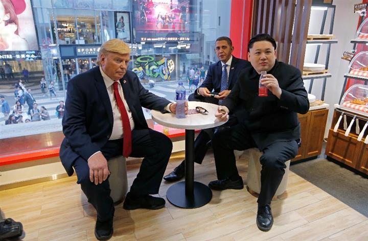 仲良く会談中?のドナルド・トランプ米大統領(左)と北朝鮮の金正恩・朝鮮労働党委員長(右)のそっくりさん。中央はバラク・オバマ米前大統領のそっくりさんのレジー・ブラウン氏=7日、香港(AP)