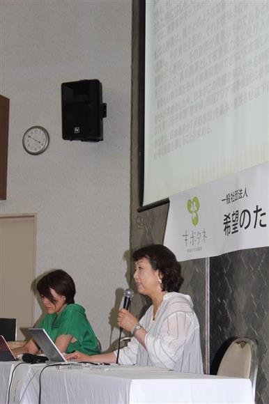 「希望のたね基金」発足を発表する梁澄子代表理事(右)。左は北原みのり理事=10日、東京都千代田区の在日韓国YMCA(三枝玄太郎撮影)