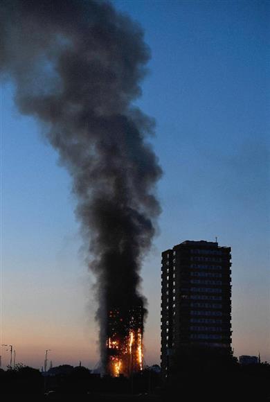 ロンドン火災 「外壁材は英国で...