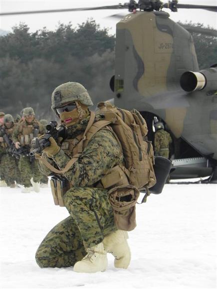 陸上自衛隊の大型双発ヘリから素早く展開して周囲を警戒する米海兵隊員=1月30日、岩手県滝沢市の岩手山演習場(石田征広撮影)