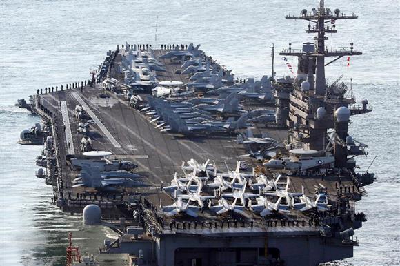 3月15日、米韓合同軍事演習のため韓国・釜山に入港した米原子力空母カール・ビンソン(AP)