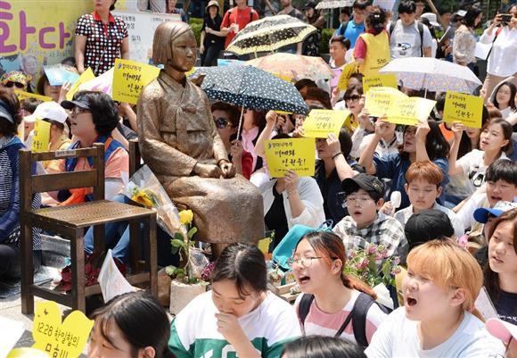 日本大使館付近で慰安婦問題を巡る日韓合意の破棄を訴える集会参加者ら=6月21日、ソウル(共同)