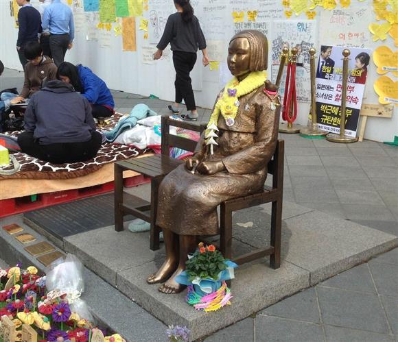 慰安婦問題に関する日韓合意が無視され、韓国・ソウルの日本大使館前に設置され続ける慰安婦像