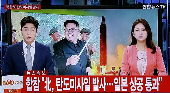 北朝鮮のミサイル発射を伝える韓国のテレビ=29日、ソウル(共同)