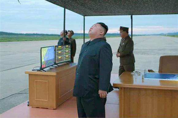 北朝鮮の労働新聞が30日掲載した、弾道ミサイル「火星12」の発射訓練を視察する金正恩朝鮮労働党委員長の写真(コリアメディア提供・共同)