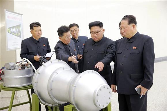 「水爆」とみられる物体を視察する北朝鮮の金正恩朝鮮労働党委員長(右から2人目)。朝鮮中央通信が3日配信した(朝鮮通信=共同)