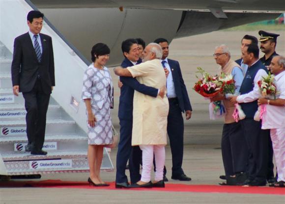 インドに到着、モディ首相と抱き合う安倍晋三首相=13日、アーメダバード(AP)