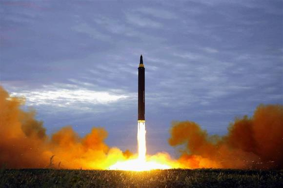 8月29日に行われた北朝鮮の弾道ミサイル「火星12」の発射訓練(朝鮮通信=共同)