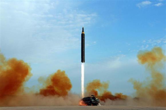 中距離弾道ミサイル「火星12」の発射訓練。日時不明。朝鮮中央通信が16日配信した(朝鮮通信=共同)