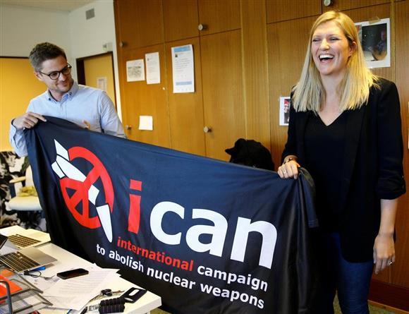 ノーベル平和賞受賞決定の後、笑顔を見せる核兵器廃絶国際キャンペーン(ICAN)のフィン事務局長(右)ら= 6日、スイス・ジュネーブ(ロイター)