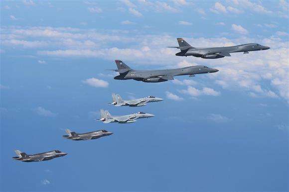 (左から)米海兵隊F35Bステルス戦闘機、航空自衛隊F15戦闘機、米空軍B1戦略爆撃機(各2機。航空自衛隊提供)
