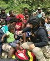 武装集団から一部住民を解放 インドネシア