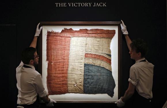 競売にかけられるトラファルガーの海戦で指揮を執ったネルソン提督の船に掲げられた英国旗の一部=11日、ロンドン(AP)