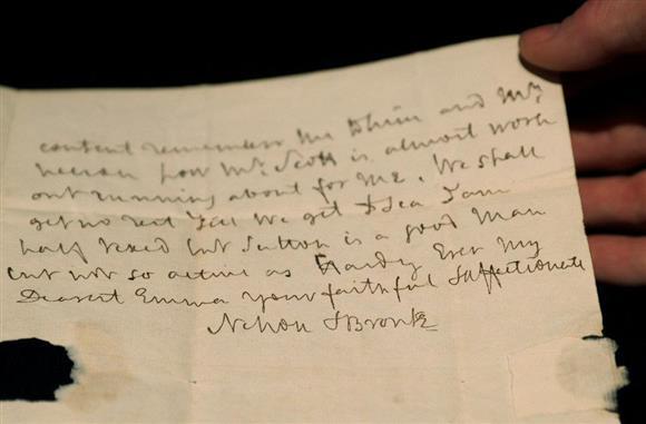 競売にかけられるネルソン提督の署名入り書簡=11日、ロンドン(ロイター)