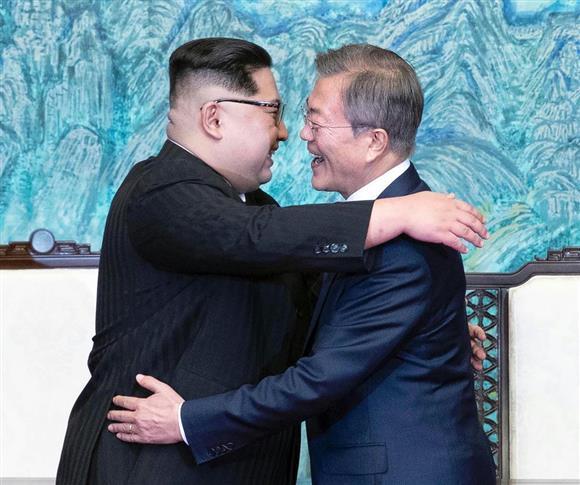 金正恩と核・対話攻勢の行方(上)「正常国家」印象づけ画策 利益最優先ほほ笑む北(1):イザ!サイトナビゲーションPR金正恩と核・対話攻勢の行方(上)「正常国家」印象づけ画策 利益最優先ほほ笑む北「板門店宣言」に署名し、韓国の文在寅大統領(右)と抱擁する北朝鮮の金正恩朝鮮労働党委員長=27日午後、板門店の韓国側施設「平和の家」(韓国共同写真記者団撮影)その他の写真PRPRPRトレンドizaアクセスランキングピックアップizaスペシャルPRPR得ダネ情報PR